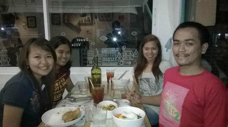 From left, clockwise: Marya, Tin, Kim and Me.. ready to eat thoe delicious foods